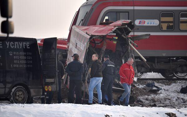 Tri osobe su jutros poginule, a više od 20 je povređeno u sudaru voza i autobusa na obeleženom pružnom prelazu, ali bez rampe, u Donjem Međurovu kod Niša. - Sputnik Srbija