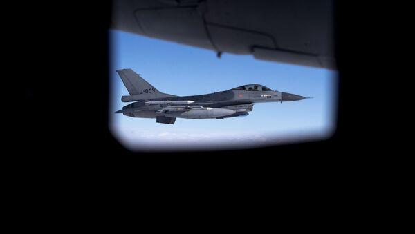 Avion lovac F-16 gledan kroz prozor drugog aviona - Sputnik Srbija