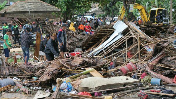 Stanovnici kuća oštećenih u cunamiju na Kariti u Indoneziji - Sputnik Srbija