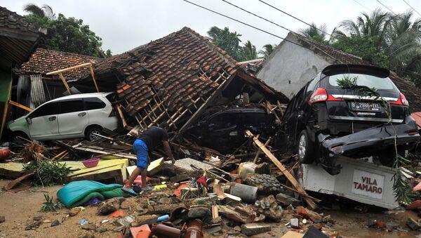 Stanovnici traže stvari među ruševinama kuće u oblasti koju je pogodio cunami u Indoneziji - Sputnik Srbija