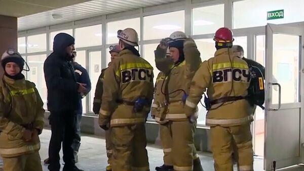 Спасиоци се припремају за улазак у рудник у Соликамску у Русији, како би извукли тела погинулих рудара - Sputnik Србија