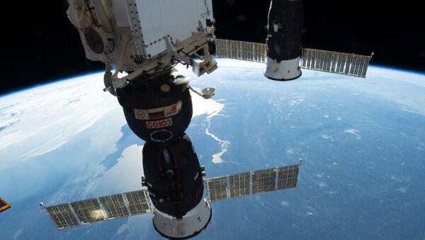 Две руске свемирске летелице, свемирски брод Сојуз МС-09 и брод за набавку Прогрес 70 спојени за Међународну свемирску станицу - Sputnik Србија