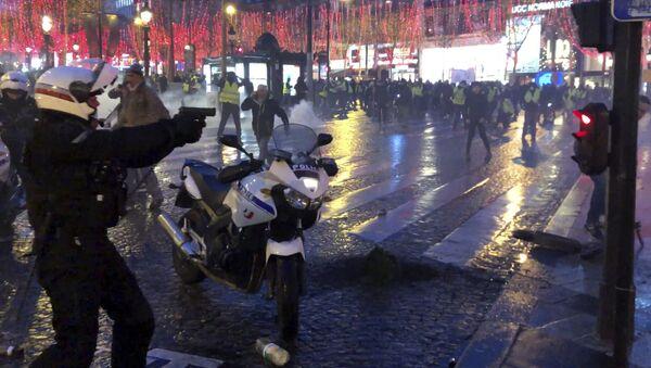 Француски полицајац повлачи пиштољ на демонстранте - Sputnik Србија