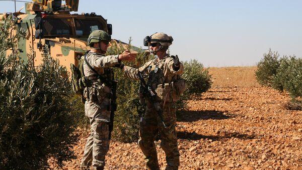 Амерички и турски војник у заједничкој патроли у сиријском Манбиџу - Sputnik Србија