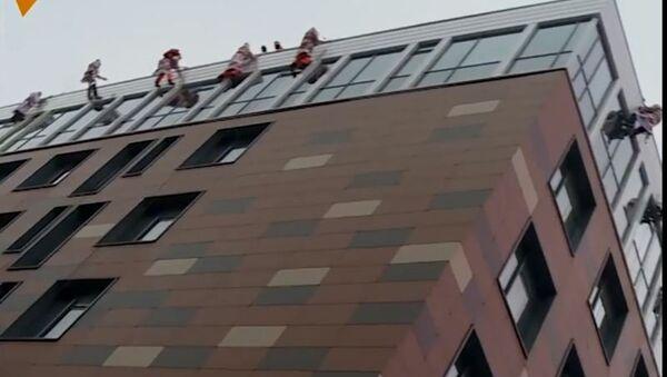 Spasioci-alpinisti u kostimima Deda Mraza - Sputnik Srbija