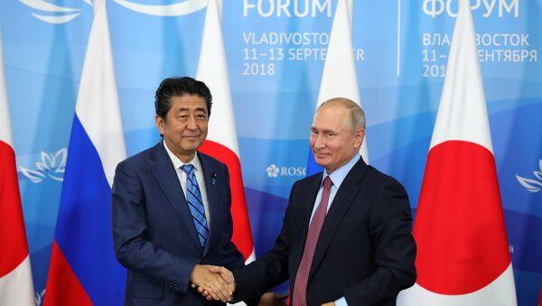 Премијер Јапана Шинзо Абе и председник Русије Владимир Путин на састанку у оквиру IV Источног економског форума  - Sputnik Србија