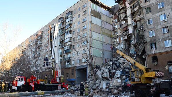 Спасиоци на месту рушења стамбене зграде у Магнитогорску - Sputnik Србија