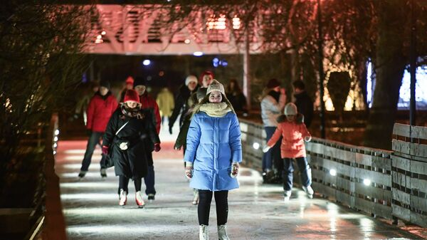 Posetioci na klizalištu u parku Gorki u Moskvi - Sputnik Srbija