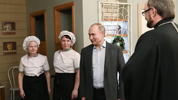 Председник Русије Владимир Путин током посете дечје болнице у Санкт Петербургу - Sputnik Србија