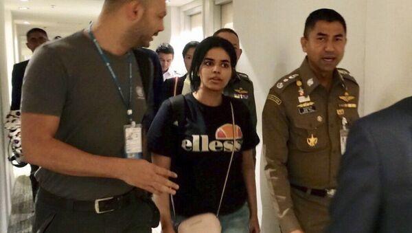 Рахаф Мухамед ел Кунун у пратњи полиције у Бангкоку - Sputnik Србија
