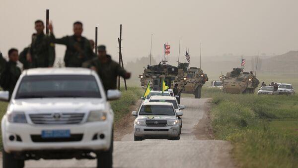Kurdski borci na čelu američkog konvoja na severu Sirije - Sputnik Srbija
