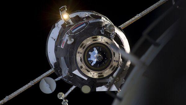 Svemirski brod za vreme pristajanja na Međunarodnu svemirsku stanicu (MSS) - Sputnik Srbija