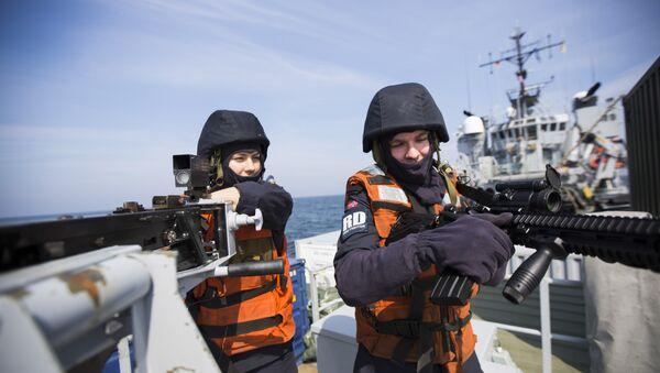 Norveški mornari rukuju automatskom puškom kalibra 0,50mm na vežbama u Baltičkom moru - Sputnik Srbija