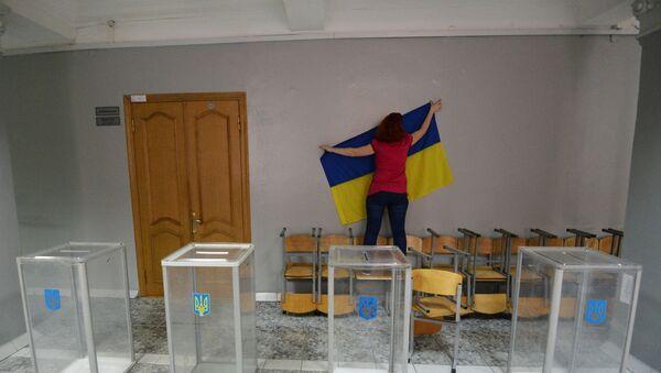 Члан изборне комисије поставља државну заставу на бирачко место за гласање на председничким изборима у Украјини - Sputnik Србија