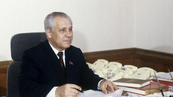 Први заменик председника президијума Врховног совјета СССР Анатолиј Лукјанов у радном кабинету - Sputnik Србија