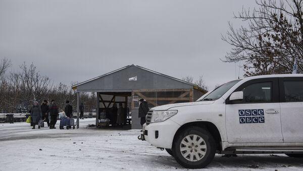 Аутомобил мисије ОЕБС-а на прелазу Станица Луганска између Украјине и Луганске Народне Републике - Sputnik Србија