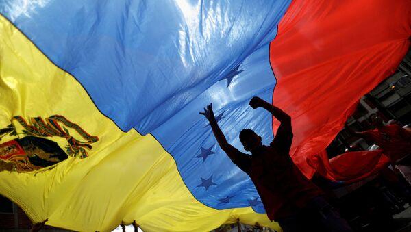 Провладине присталице носе заставу Венецуеле на протесту против америчког председника Доналда Трампа у Каракасу - Sputnik Србија