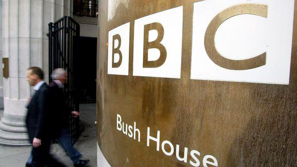 Пешаци пролазе поред улазних врата зграде Би-Би-Сија у Лондону - Sputnik Србија