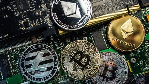 Сувенирни са логотипима криптовалутa биткоин, лајткоин и итеријум - Sputnik Србија