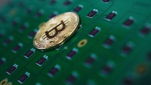 Suvenirnaя moneta s logotipom kriptovalюtы bitkoin - Sputnik Srbija