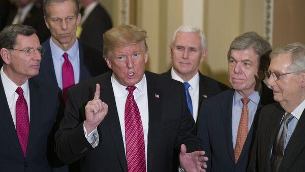 Predsednik SAD Donald Tramp sa američkim senatorima u Kongresu - Sputnik Srbija