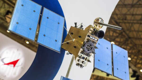 Макета руског свемирског сателита Глонасс К на штанду међународног ваздушно-космичког сајма у Дубаију - Sputnik Србија
