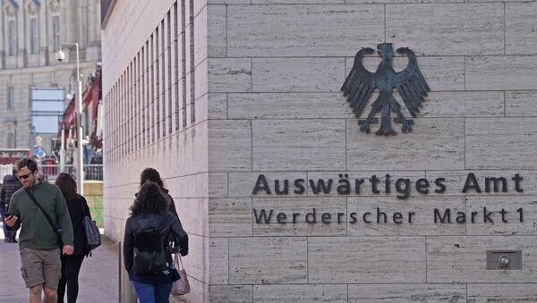 Пролазници поред зграде Министарства спољних послова Немачке у Берлину - Sputnik Србија