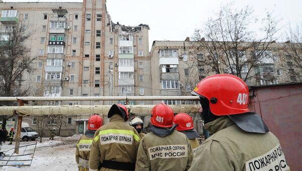 Pripadnici Ministarstva za vanredne situacije Rusije na mestu rušenja zgrade nakon eksplozije gasa u gradu Šahti Rostovske oblasti - Sputnik Srbija