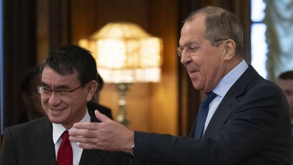 Министри спољних послова Јапана и Русије, Таро Коно и Сергеј Лавров, на почетку састанка у Москви - Sputnik Србија