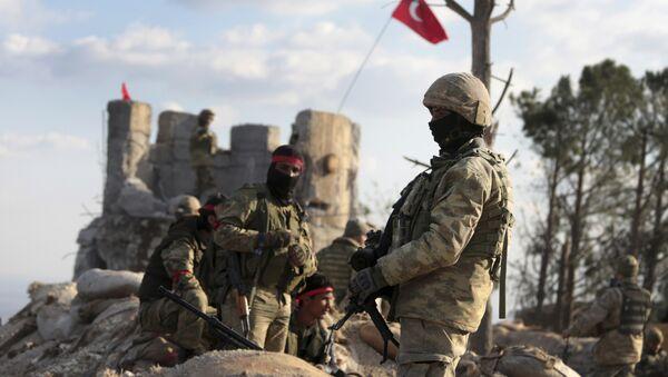 Proturski sirijski borci i turske trupe obezbeđuju brdo Bursajah koje odvaja enklavu Afrin koju kontrolišu Kurdi od Azaza koju kontroliše Turska - Sputnik Srbija