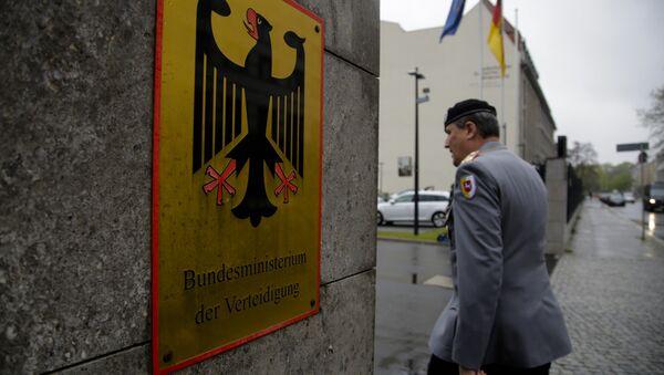 Oficir nemačke vojske, Bundesvera ulazi u zgradu nemačkog Ministarstva odbrane 4. maja 2017. - Sputnik Srbija