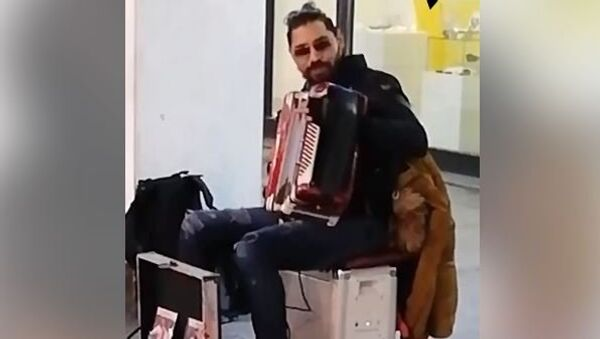 Улични свирач у Кнез Михаиловој свира Каљинку - Sputnik Србија