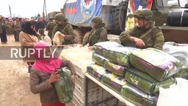 Руска војна полиција дели хуманитарну помоћ у Манбиџу - Sputnik Србија