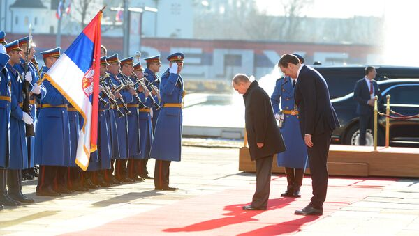 Predsednici Rusije i Srbije, Vladimir Putin i Aleksandar Vučić, klanjaju se zastavi ispred Palate Srbija - Sputnik Srbija