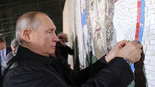 Путин поставља каменчић у мозаик у Храму - Sputnik Србија