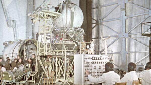 Sovjetski kosmonauti se upoznaju sa svemirskom tehnologijom. Fotografija iz 1960. godine - Sputnik Srbija