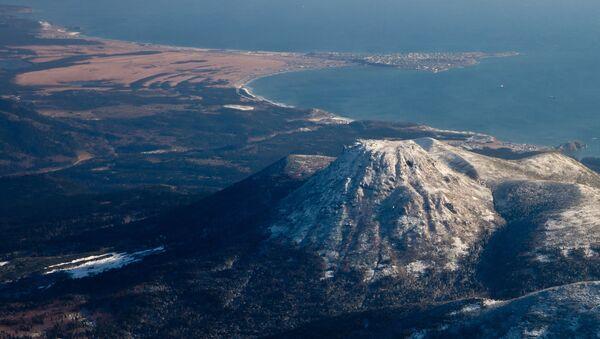 Поглед на вулкан Мендељејева из Јужнокурилска у Сахалинској области - Sputnik Србија