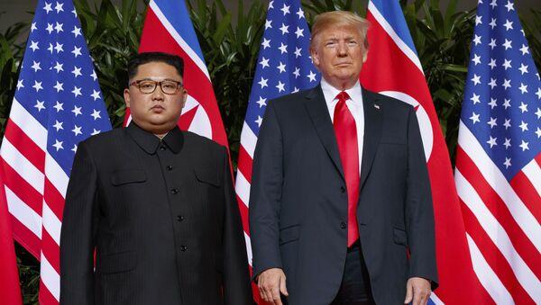 Predsednik SAD Donald Tramp i lider Severne Koreje Kim Džong Un na sastanku u Singapuru - Sputnik Srbija