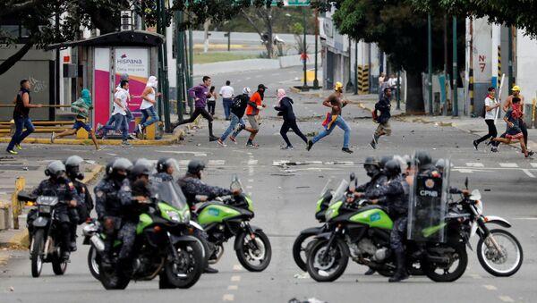 Policija obezbeđuje ulice na protestu protiv vlade predsednika Venecuele Nikolasa Madura u Karakasu - Sputnik Srbija
