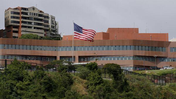 Америчка застава испред амбасаде Сједињених Америчких Држава у Каракасу - Sputnik Србија