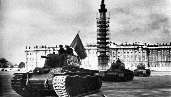 Колона тенкова Црвене армије прелази преко Дворског трга у Лењинграду за време Другог светског рата - Sputnik Србија