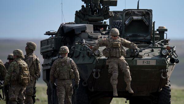 Američki vojnici pored oklopnog vozila na vojnim vežbama NATO-a Prolećni vetar 15 - Sputnik Srbija