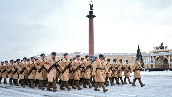 Učesnici parade u čast 75. godišnjice probijanja opsade Lenjingrada na Dvorskom trgu u Sankt Peterburgu - Sputnik Srbija