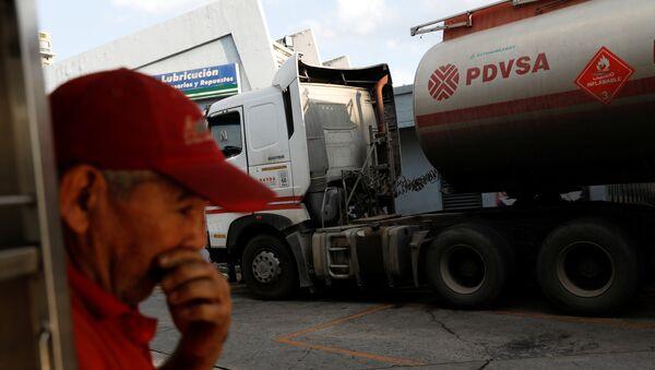 Logo venecuelanske naftne kompanije PDVSA na cisterni u Karakasu - Sputnik Srbija