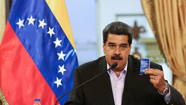 Predsednik Venecuele Nikolas Maduro drži kopiju ustava zemlje na sastanku sa članovima diplomatskog kora - Sputnik Srbija
