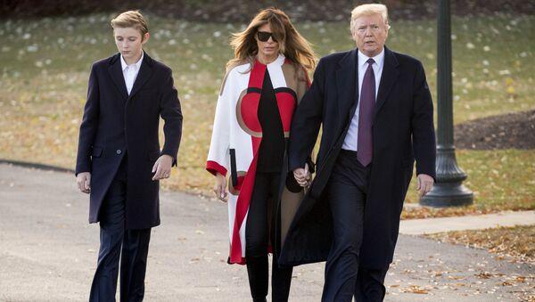 Доналд Трамп са супругом Меланијом и сином Бароном - Sputnik Србија