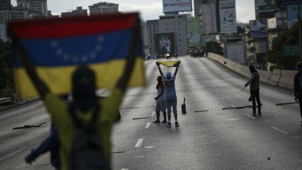 Демонстранти на протесту против председника Венецуеле Николаса Мадура блокирају ауто-пут у Каракасу - Sputnik Србија