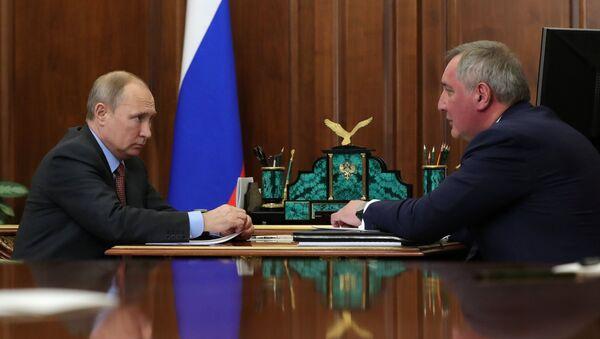 Vladimir Putin i Dmitrij Rogozin  - Sputnik Srbija