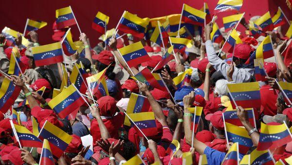 Pristalice predsednika Venecuele Nikolasa Madura mašu zastavama na mitingu u Karakasu - Sputnik Srbija