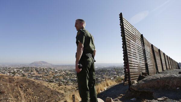 Припадник пограничне службе америчке војске на граници са Мексиком - Sputnik Србија